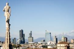 Milão, skyline com arranha-céus novos imagem de stock