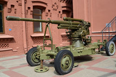 85-milímetro amostras da arma antiaérea 52 K de 1939 no território de Vodokanal St Petersburg, Rússia Fotografia de Stock
