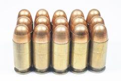 11 milímetros. Arma de mano y munición negras Imagenes de archivo
