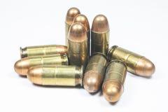 11 milímetros. Arma de mano y munición negras Imágenes de archivo libres de regalías