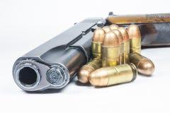 11 milímetros. Arma de mano y munición negras Fotos de archivo libres de regalías