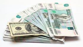A mil billetes de banco de la rublo y a cientos dólares Foto de archivo libre de regalías