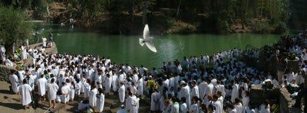 Mil dos crentes que preparam-se ao baptismo Imagens de Stock Royalty Free