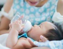 Mil för mammamatningsmakt till henne behandla som ett barn Royaltyfria Foton
