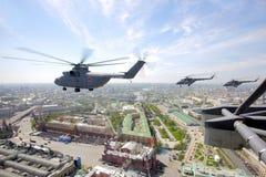 Mil-helikoptrar Mi-26 och Mi-8 av ryskt flygvapen under Victory Day ståtar Arkivbilder
