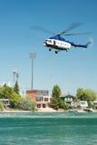 Mil mi-17 ελικόπτερο που διευθύνει μια διάσωση από το νερό στις ηλιόλουστες λίμνες Senec, Σλοβακία Στοκ εικόνες με δικαίωμα ελεύθερης χρήσης