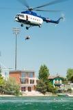 Mil Mi-17 helikopter prowadzi ratuneku od wody na Senec Pogodnych jeziorach, Sistani Obraz Stock