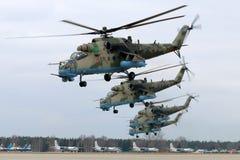 Mil mi-35M RF-13027 επιθετικά ελικόπτερα της ρωσικής Πολεμικής Αεροπορίας κατά τη διάρκεια της ημέρας νίκης παρελαύνουν την πρόβα Στοκ Εικόνες