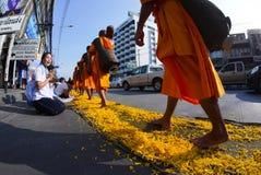 Mil monges de Wat Phra Dhammakaya Foto de Stock