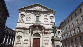 Mil?o, Italy A estátua de Alessandro Manzoni e a igreja de San Fedele vídeos de arquivo