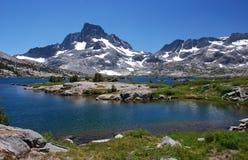 Mil picos del lago y de la bandera island Fotos de archivo