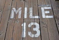 Mil 13 som målas på strandpromenad Royaltyfria Foton