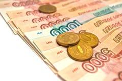 Mil y cinco mil rublos de billetes de banco con diez rublos de co Fotografía de archivo libre de regalías