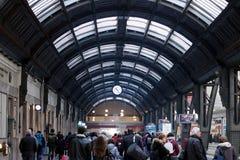 Milaan, Centrale Post 06/19/2018 Reizigers in doorgang royalty-vrije stock foto