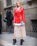 MILAAN - FEBRUARI 24, 2018: Het modieuze vrouw stellen voor fotografen in de straat na de modeshow van ERMANNO SCERVINO, stock foto