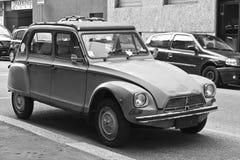MILAAN, 9 ITALIË-AUGUSTUS, 2014: De Franse auto Citroën 2CVs parkeerde in de stad Stock Afbeelding