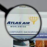 Milaan, Italië - Augustus 10, 2017: De Holdingslogboek Wereldwijd van Atlas Air Stock Foto