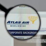 Milaan, Italië - Augustus 10, 2017: De Holdingslogboek Wereldwijd van Atlas Air Royalty-vrije Stock Fotografie