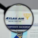Milaan, Italië - Augustus 10, 2017: De Holdingslogboek Wereldwijd van Atlas Air Stock Afbeelding