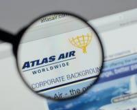 Milaan, Italië - Augustus 10, 2017: De Holdingslogboek Wereldwijd van Atlas Air Royalty-vrije Stock Afbeeldingen