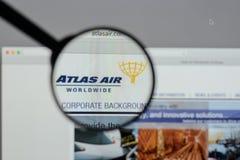 Milaan, Italië - Augustus 10, 2017: De Holdingslogboek Wereldwijd van Atlas Air Stock Afbeeldingen
