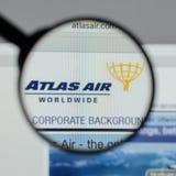 Milaan, Italië - Augustus 10, 2017: De Holdingslogboek Wereldwijd van Atlas Air Royalty-vrije Stock Afbeelding