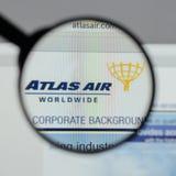 Milaan, Italië - Augustus 10, 2017: De Holdingslogboek Wereldwijd van Atlas Air Royalty-vrije Stock Foto's