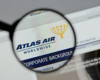 Milaan, Italië - Augustus 10, 2017: De Holdingslogboek Wereldwijd van Atlas Air Stock Fotografie
