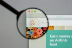 Milaan, Italië - Augustus 10, 2017: De homepage van de Airbnbwebsite Het is a royalty-vrije stock foto's