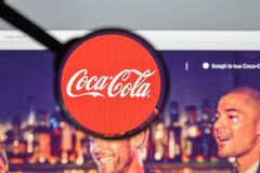 Milaan, Italië - Augustus 10, 2017: De homepage van de coca-colawebsite Het I Stock Fotografie