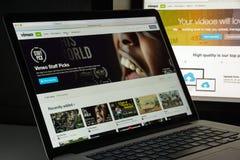 Milaan, Italië - Augustus 10, 2017: De homepage van de Vimeowebsite Het is a Stock Fotografie