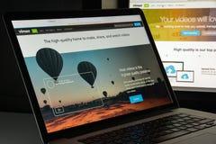 Milaan, Italië - Augustus 10, 2017: De homepage van de Vimeowebsite Het is a Stock Afbeelding