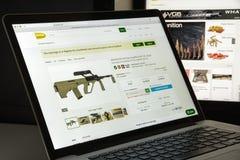 Milaan, Italië - Augustus 10, 2017: Gunbroker Com-websitehomepage Stock Afbeeldingen