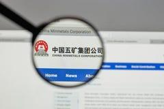 Milaan, Italië - Augustus 10, 2017: Min de metalenembleem van China op het Web Royalty-vrije Stock Foto's