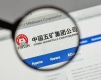 Milaan, Italië - Augustus 10, 2017: Min de metalenembleem van China op het Web Stock Foto's