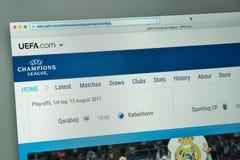 Milaan, Italië - Augustus 10, 2017: UEFA-websitehomepage UEFA-embleem Stock Afbeelding