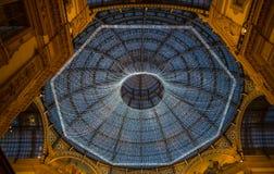 MILAAN, ITALIË, 5 DECEMBER, 2018 - de koepel van het Glasdakraam bij arcade Galleria Vittorio Emanuele II met Kerstmislichten dat royalty-vrije stock foto
