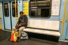 MILAAN, ITALIË - FEBRUARI 25: Forenzen in metrowagen op 25 Februari, 2018 in Milaan, Italië Milaan wordt ondergronds uitgespreid Royalty-vrije Stock Foto's