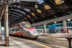 MILAAN, ITALIË - JULI 14, 2016 Milan Central Station-hoge snelheidstrein Trenitalia Frecciarossa, rode pijl Royalty-vrije Stock Afbeeldingen