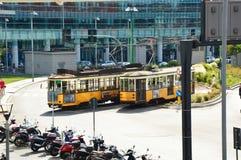 MILAAN, ITALIË - JULI 19, 2017: uitstekende gele tram in de straat van Milaan, mening van roltrappen in het nieuwe district van P Stock Afbeelding