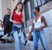MILAAN, ITALIË - JUNI 15, 2018: Modieuze modellen die in de straat na de modeshow van ALBERTA lopen FERRETTI royalty-vrije stock foto