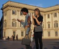 MILAAN, ITALIË - JUNI 15, 2018: Modieuze modellen die in de straat na de modeshow van ALBERTA stellen FERRETTI royalty-vrije stock afbeelding