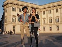 MILAAN, ITALIË - JUNI 15, 2018: Modieuze modellen die in Duomo-vierkant na de modeshow van ALBERTA stellen FERRETTI stock foto