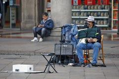 Milaan, Italië - Kunstenaar - Musicus op squere Piazza del Duomo Stock Foto