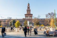 Milaan, Italië - Maart 8, 2019: Overvol Milaan van de binnenstad voor het Sforzesco-Kasteel, Italië stock foto's