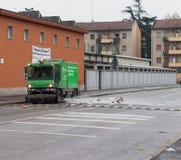 MILAAN, ITALIË - MAART 02, 2017 - Schoonmakende vrachtwagen wast slordige stre Royalty-vrije Stock Foto's