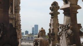 Milaan, Itali? - Mei 2016: Allianz (Isozaki) Toren die van de Duomo-kathedraalspitsen wordt gezien stock videobeelden