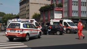 Milaan, Italië - Mei 2016: de dokter komt op een ongeval aan door twee ziekenwagens en het leger wordt beveiligd dat stock video