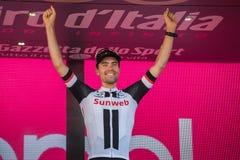 Milaan, Italië 28 Mei, 2017: Tom Doumulin, Sunweb-Team, viert op het podium in Milaan zijn overwinning van de Reis van Italië 201 Stock Foto's