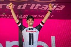 Milaan, Italië 28 Mei, 2017: Tom Doumulin, Sunweb-Team, viert op het podium in Milaan zijn overwinning van de Reis van Italië 201 Royalty-vrije Stock Fotografie